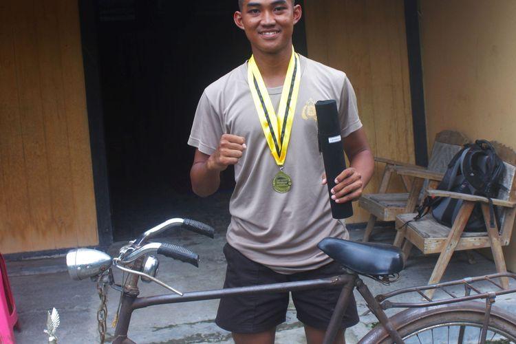 Muhammad Al Azhar (19) remaja dari Desa Tempuran anak seorang kuli bangunan ini menjadi lulusan terbaik di Sekolah Polisi Negara (SPN) Polisi Daerah Jawa Timur tahun 2020.
