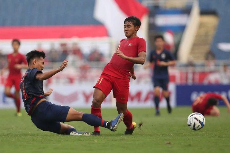 Firza Andika mencoba melewati penjagaan lawan pada pertandingan Timnas U-23 Indonesia vs Thailand pada babak kualifikasi Piala Asia U-23 2020 di Stadion My Dinh, 22 Maret 2019.