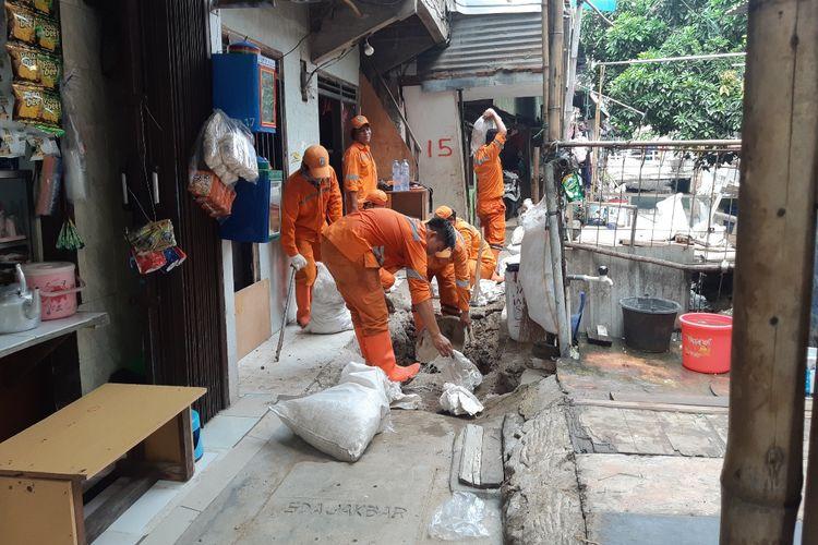 Petugas sedang memasang tangki septik di Gang Sekretaris I, Tanjung Duren Utara, Jakarta Barat, Senin (28/10/2019)
