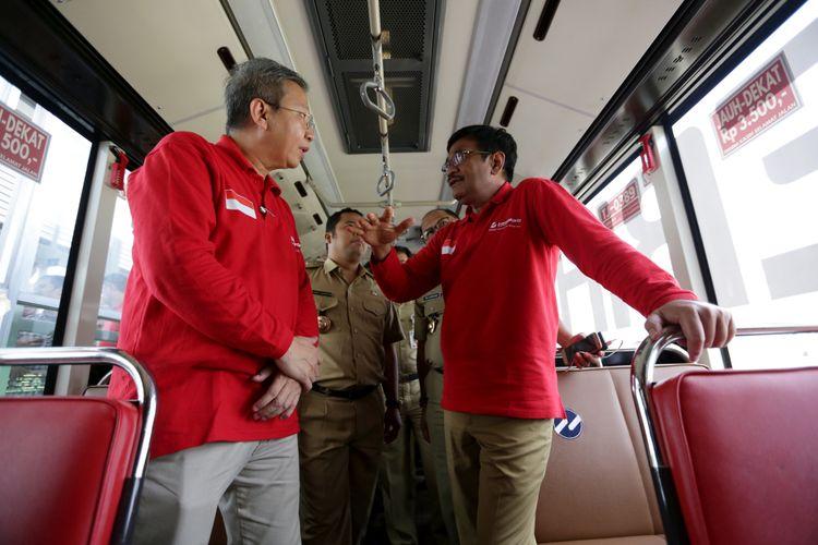 Pelaksana Tugas (Plt) Gubernur DKI Jakarta Djarot Saiful Hidayat (kanan) saat uji coba pengoperasian layanan bus transjakarta koridor 13 (Tendean-Ciledug), Jakarta, Senin (15/5/2017). Jalur transjakarta sepanjang 9,3 kilometer ini akan dilengkapi 12 halte dan direncanakan beroperasi mulai Juni 2017.