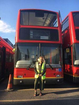 Charlie MacVicar dan Luke Walker membeli bus bekas seharga Rp 42 juta.