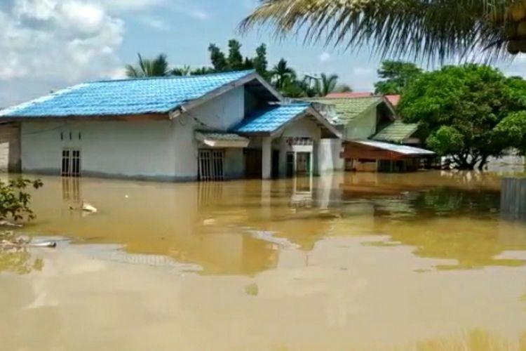Begini penampakan genangan banjir di permukiman warga di Desa Pangkalan Kasai, Kecamatan Seberida, Kabupaten Inhu, Riau, Kamis (12/11/2020).