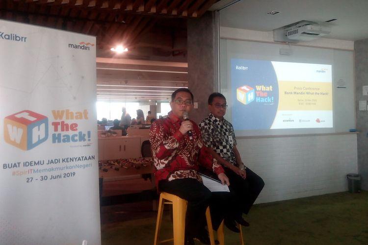 Direktur TI dan Operasi Bank Mandiri, Rico Usthavia Frans (kiri) memaparkan persiapan pelaksanaan kompetisi tingkat nasional yaitu Hackathon 2019 di Kantor Bank Mandiri, Jakarta, Senin (13/5/2019).