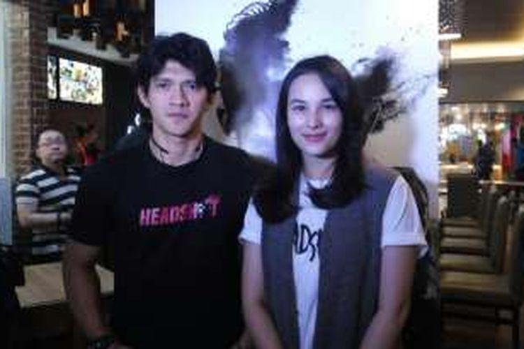 Pemeran utama Headshot, Chelsea Islan dan Iko Uwais dalam penayangan perdana filmnya di Bandung, Sabtu (19/11/2016).