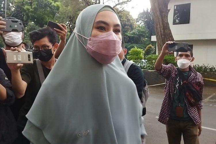 Pembawa acara Kartika Putri (tengah) saat ditemui di Polda Metro Jaya, Rabu (14/4/2021).