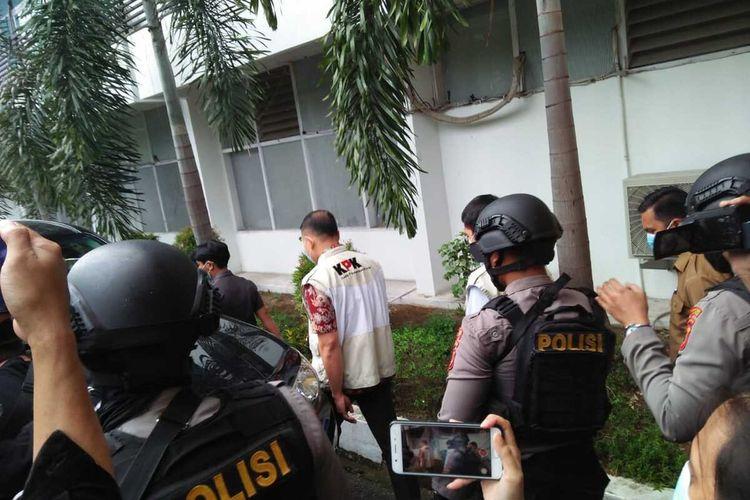 Tim penyidik KPK melakukan penggeledahan di kantor Dinas Pekerjaan Umum dan Tata Ruang (PUTR) Sulsel, Jl A P Pettarani, Makassar, Selasa (2/3/2021).