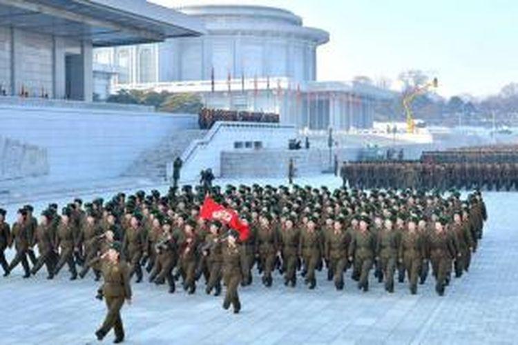 Ribuan personel militer Korea Utara menggelar parade di lapangan dekat Istana Kumsusan, Pyongyang, Senin (16/12/2013), untuk menyampaikan sumpah setia mereka kepada pemimpin negeri itu, Kim Jong Un.