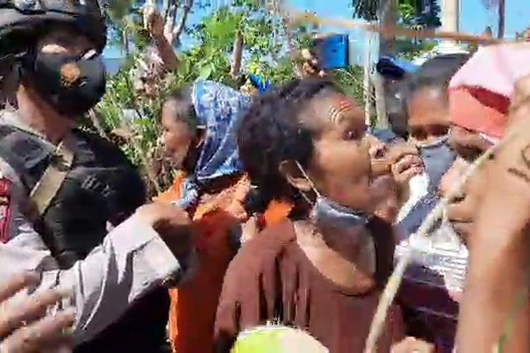 Foto : Saat mana-mana di Desa Rendu Butowe, Kecamatan Asesa Selatan, Kabupaten Nagekeo, NTT, adu mulut dengan aparat di gerbang masuk lokasi, Rabu (13/10/2021).