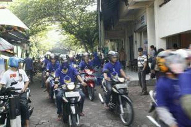 Ratusan kader dan simpatisan Partai Nasdem Kota Magelag menggelar konvoi kampanye sebelum bagi-bagi tong sampah, Rabu (19/3/2014).