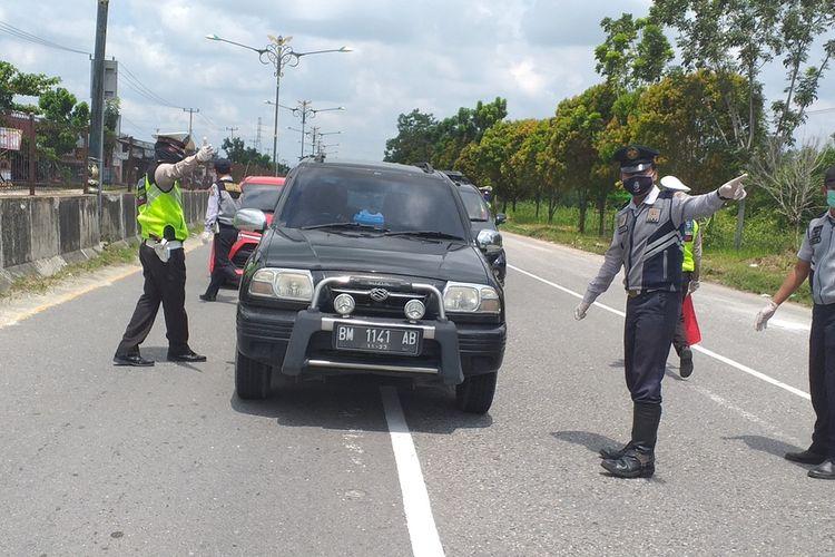 Pemeriksaan kendaran di pintu masuk bagian barat  Kota Pekanbaru, Riau, dalam masa PSBB untuk mencegah penyebaran Covid-19 beberapa hari lalu.