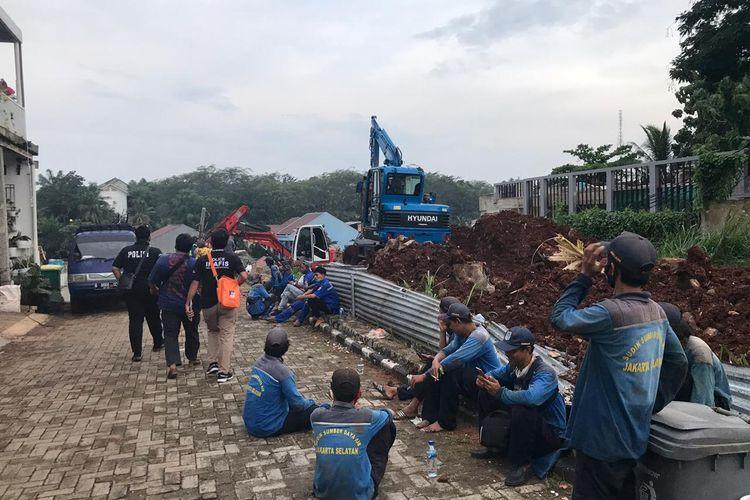 Sejumlah alat berat milik Suku Dinas Sumber Daya Air Jakarta Selatan dikerahkan untuk mengeruk dan mengangkut material tembok Melati Resident yang longsor ke anak Kali Setu dan menimpa rumah warga di Jalan Damai 2 RT 04/RW 012, Ciganjur, Jagakarsa, Jakarta.