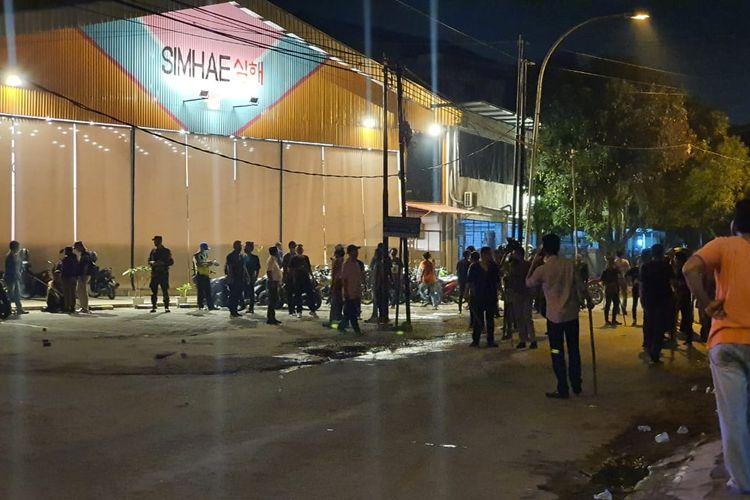 Dua organisasi kemasyarakatan pemuda (OKP) terlibat  aksi bentrok dan saling lempar di Jalan Perpustakaan, Kecamatan Medan Petisah, Kota Medan, Sumatera Utara Kamis (27/5/2021) malam.  (KOMPAS.com/DANIEL PEKUWALI)