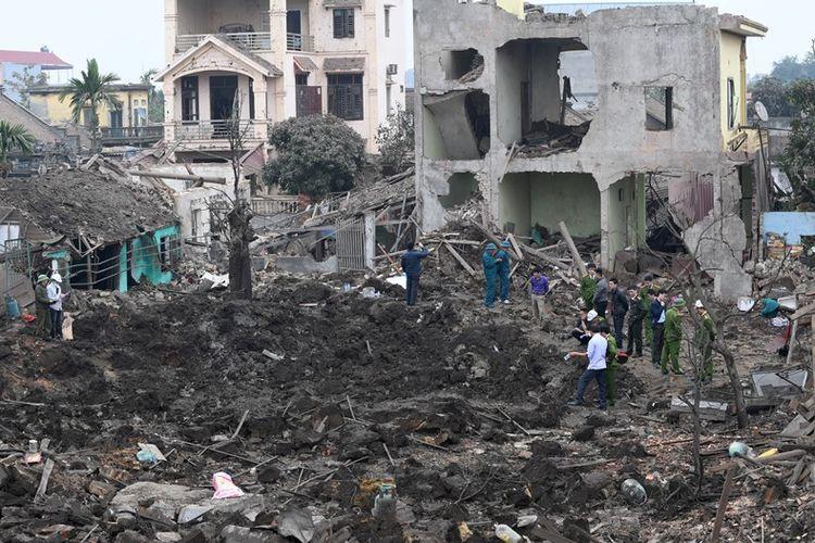 Tentara dan petugas penyelamatan memeriksa lokasi ledakan di utara provinsi Bac Ninh, Vietna, Rabu (3/1/2018). Setidaknya dua orang menjadi korban tewas, yakni seorang anak laki-laki berusia satu dan anak perempuan berusia lima tahun.