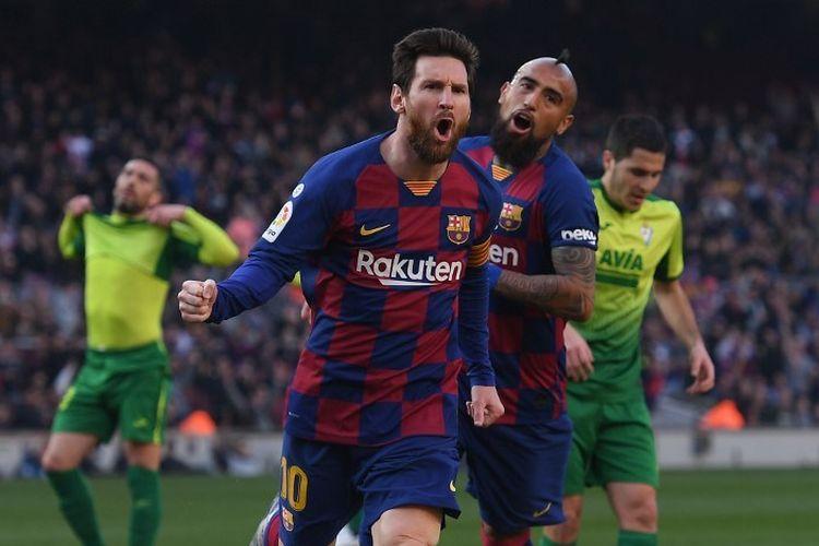 Penyerang Barcelona Lionel Messi (kiri) berselebrasi setelah mencetak gol pembuka dalam laga Liga Spanyol antara Barcelona vs Eibar di Stadion Camp Nou, Sabtu (22/2/2020).