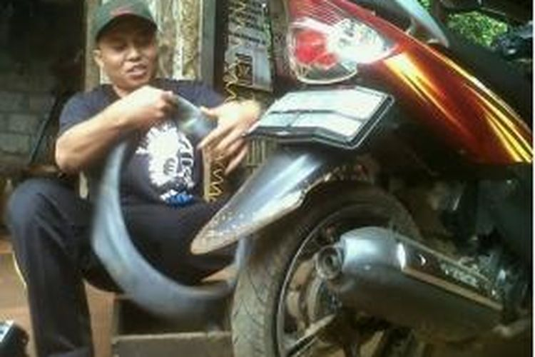 Raska saat bekerja sebagai tukang tambal ban di Subang, Jawa Barat.