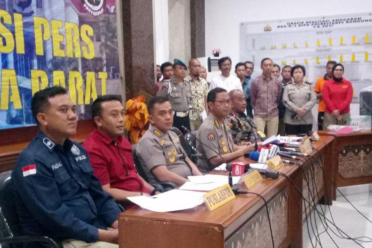 Kepala Bidang Hubungan Masyarakat Polda Jabar Kombes Pol Saptono Erlangga tengah menjelaskan hasil otopsi Lina Jubaedah.
