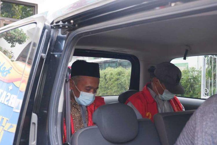 Tim Penyidik dari Kejari Nganjuk melakukan penahanan terhadap Mantan Lurah Warujayeng dan koleganya, Jumat (25/6/2021). Foto: Tim Penerangan Kejari Nganjuk