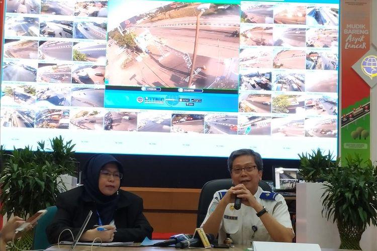 Sekretaris Direktorat Jenderal Perhubungan Darat (Ditjen Hubdat)Kemenhub Cucu Mulyana (kanan) memberikan penjelasan terkait penanganan kemacetan di Tol Cikampek dalam jumpa pers di Posko Nasional Terpadu Angkuta Lebaran di Gedung Kemenhub, Jakarta, Kamis (30/5/2019).