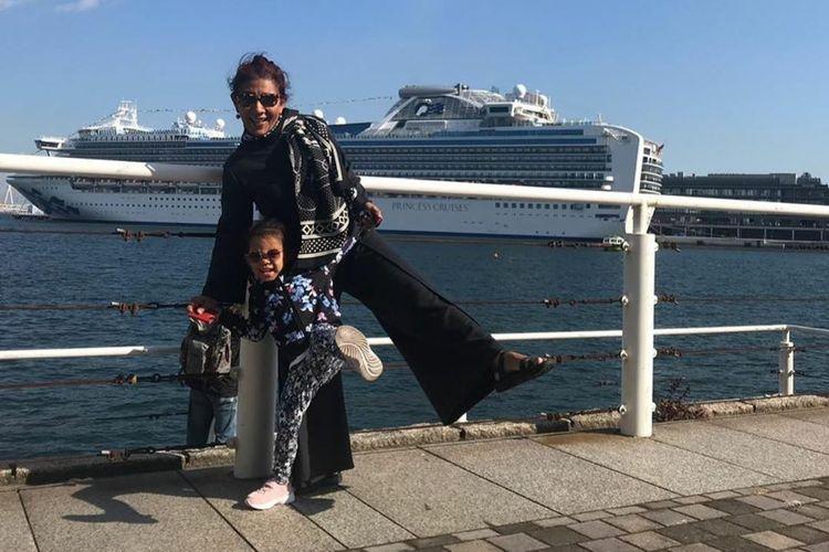 Susi Pudjiastuti dan cucu berpose di Yokohama, Jepang.