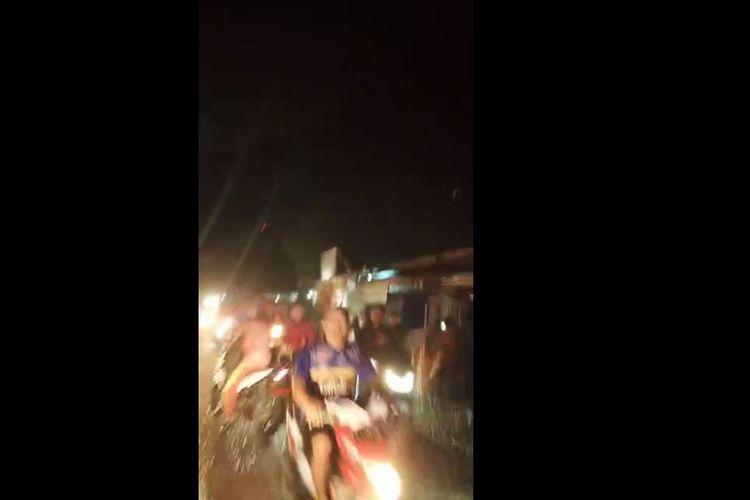 Tangkap layar video yang beredar via WA menunjukkan warga panik setelah banjir rob menerjang Pondok Bali, Subang, Rabu (20/5/2020) malam.