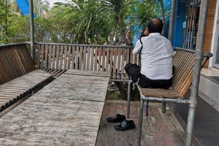 Foto yang diunggah akun Twitter bernama Syed Akramin di Malaysia menunjukkan seorang satpam asal Nepal membalik badannya saat makan, karena tidak ingin mengganggu orang yang berpuasa.