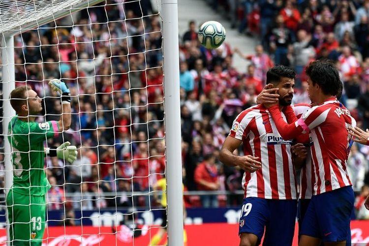 Diego Costa merayakan golnya pada laga Atletico Madrid vs Valencia dalam lanjutan La Liga Spanyol di Stadion Wanda Metropolitano, 19 Oktober 2019.