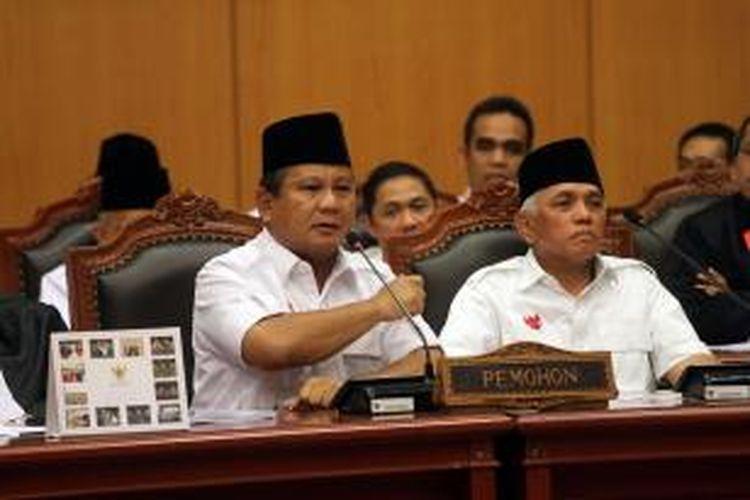 Calon presiden dan wakil presiden nomor urut 1 Prabowo Subianto-Hatta Rajasa mengikuti sidang perdana perselisihan hasil pemilhan umum (PHPU) di Mahkamah Konstitusi (MK), Jakarta, Rabu (6/8/2014). Prabowo-Hatta menuntut agar MK membatalkan SK KPU yang menetapkan pasangan nomor urut 2 Joko Widodo-Jusuf Kalla sebagai pemenang Pilpres 2014. TRIBUNNEWS/DANY PERMANA