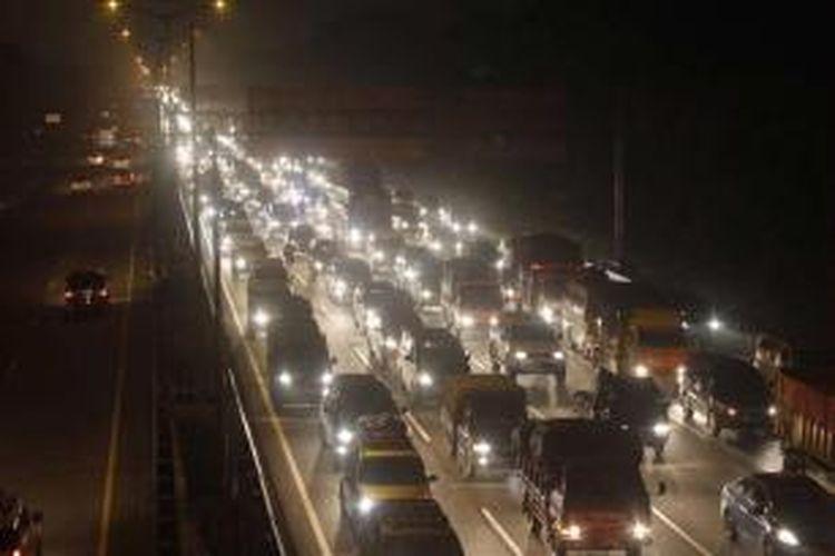 Pemudik menggunakan kendaraan pribadi mulai meninggalkan Jakarta di sekitar pintu keluar tol Jatibening, Bekasi, Jawa Barat, Sabtu (3/8/2013) pukul 01.00 WIB. Puncak arus mudik diperkirakan akan terjadi mulai hari ini hingga 5 Agustus mendatang.