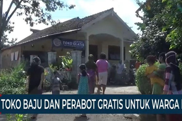 Suasana toko baju dan perabotan gratis di Jember, Jawa Timur.