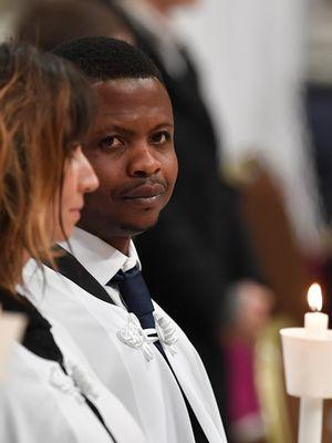 John Ogah (31) memilih nama Francesco sebagai nama baptisnya. (AFP/Andreas Solaro)