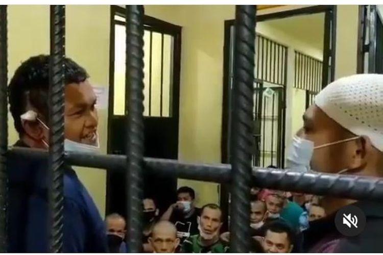 Setelah ditetapkan sebagai tersangka, Izet (42) preman pemalak sopir truk yang viral di Padang, Sumatera Barat, dijebloskan ke dalam sel tahanan Mapolda Sumbar.