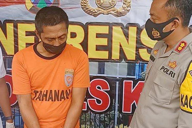 AHS (42) warga Kota Kediri, saat ditanyai oleh Kapolres Kediri, AKBP Lukman Cahyono di Mapolres Kediri, Selasa (6/4/2021).