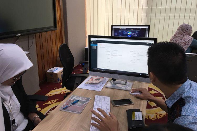 Suasana Online Single Submission (OSS) Lounge di kantor Kementerian Koordinator Bidang Perekonomian, Senin (9/7/2018). Para investor mulai berdatangan pada hari pertama peluncuran OSS selaku layanan perizinan berusaha terintegrasi secara elektronik.