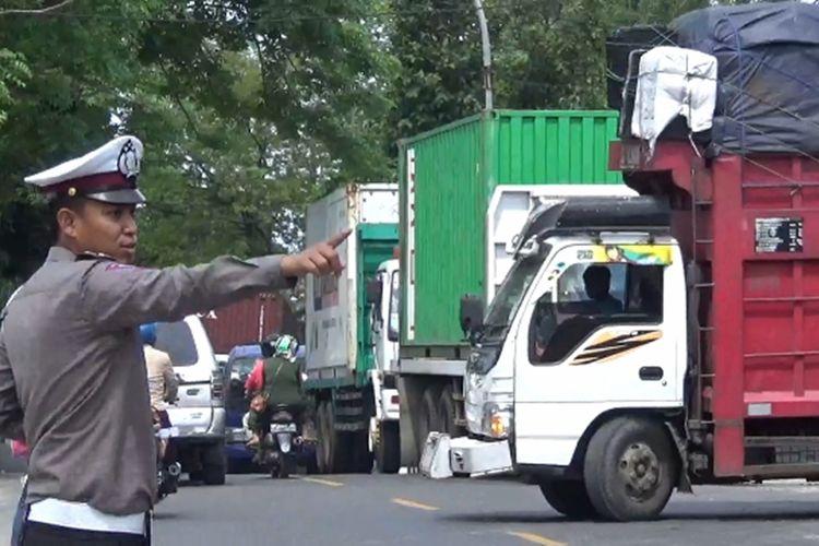 Polisi mengatur kemacetan di luar dan di dalam SPBU di sejumlah SPBU di Kota Parepare, akibat antrean truk yang menghalangi jalan