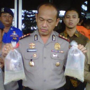 Kapolres Sukabumi, AKBP Ngajib memperlihatkan barang bukti benur lobster saat jumpa pers di Palabuhanratu, Sukabumi, Jawa Barat, Jumat (28/10/2016).