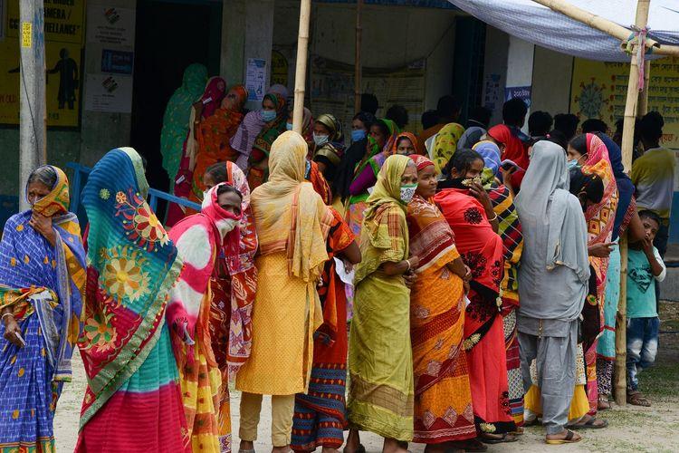Pemilihan umum di distrik Dinajpur, India pada 22 April 2021. [DIPTENDU DUTTA/AFP]
