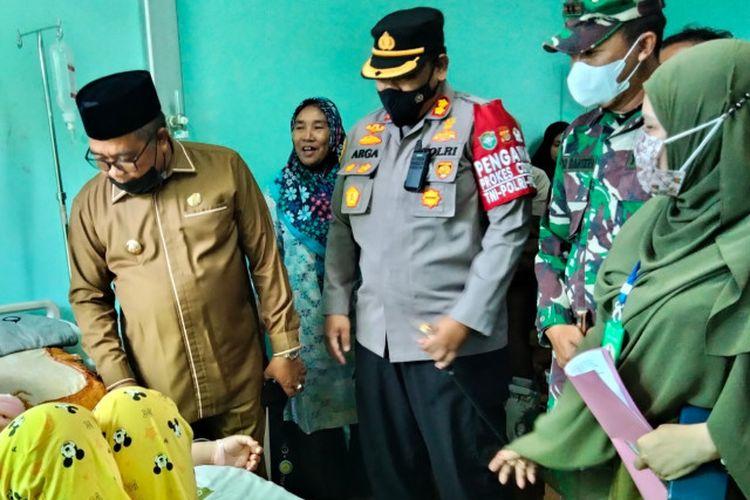 Bupati Aceh Barat Ramli MS bersama Kapolres AKBP Andrianto Argamuda dan Dandim 0105 Aceh Barat Letkol Inf Dimar Bahtera, membesuk Amelia Wulandari (24) seorang mahasiswi yang lumpuh dan dirawat di RSUD Cut Nyak Dhien Meulaboh, Senin (9/8/2021).