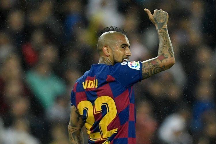 Gelandang Chili asal Chile Arturo Vidal memberi acungan jempol selama pertandingan sepak bola Liga Spanyol antara Real Madrid dan Barcelona di stadion Santiago Bernabeu di Madrid pada 1 Maret 2020.