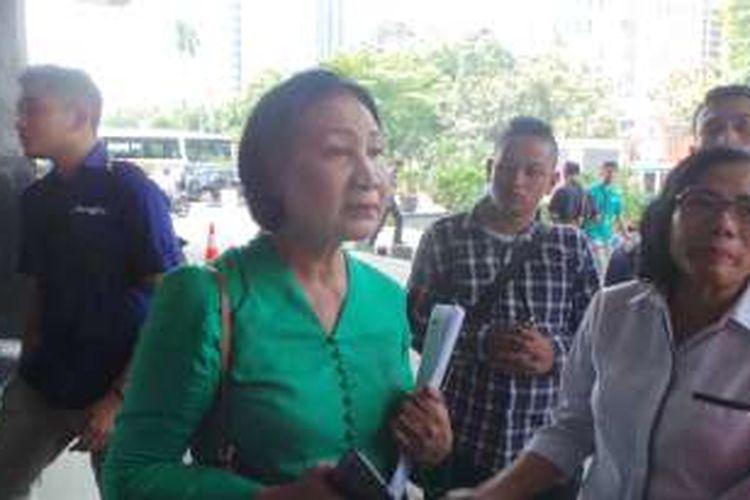 Aktivis Ratna Sarumpaet saat menyambangi Gedung DPRD DKI Jakarta dan berdialog antara warga Kampung Akuarium dengan DPRD DKI Jakarta, di Gedung DPRD DKI Jakarta, Senin (18/4/2016).