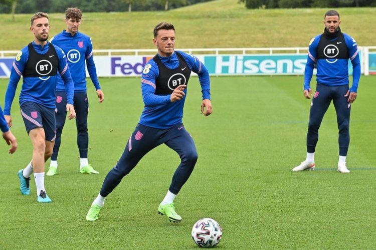 Bek baru Arsenal, Ben White (tengah), saat bergabung dalam sesi latihan timnas Inggris di Euro 2020.