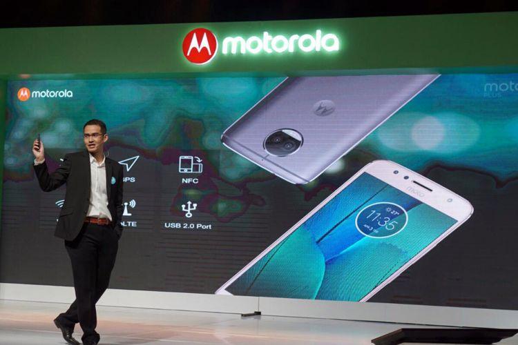 Adrie R. Suhadi, Country General Manager Lenovo Mobile Business Group and Motorola Mobility Indonesia memamerkan Moto G5S Plus yang mengandalkan fitur dual camera dalam acara peluncuran di Jakarta, Selasa (19/9/2017).