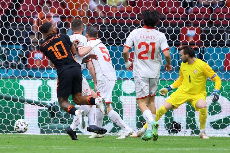Memphis Depay (kiri, jersey hitam) mencetak gol pembuka dalam pertandingan Grup C Euro 2020 Makedonia Utara vs Belanda di Johan Cruyff Arena, Amsterdam, Belanda, Senin (21/6/2021) malam WIB.