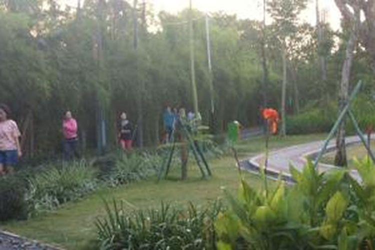 Warga yang sedang berjogging sore di Taman Jogging, Kelapa Gading, Jakarta Utara.