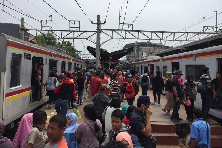 Keramaian penumpang KRL commuter line di peron Stasiun Duri, Jakarta Barat, Kamis (17/8/2017).