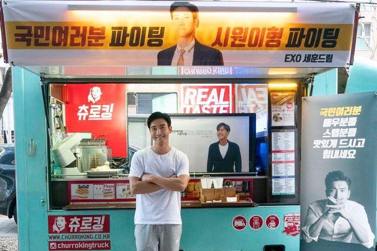 Bintang K-pop Choi Siwon berpose di depan food truck yang dikirim Sehun EXO di lokasi shooting drama My Fellow Citizens.