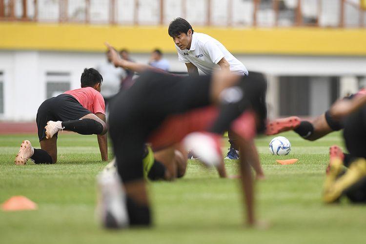 Pelatih Timnas Indonesia Shin Tae-yong memberikan instruksi saat seleksi pemain Timnas Indonesia U-19 di Stadion Wibawa Mukti, Cikarang, Bekasi, Jawa Barat, Senin (13/1/2020). Sebanyak 51 pesepak bola hadir mengikuti seleksi pemain Timnas U-19 yang kemudian akan dipilih 30 nama untuk mengikuti pemusatan latihan di Thailand.
