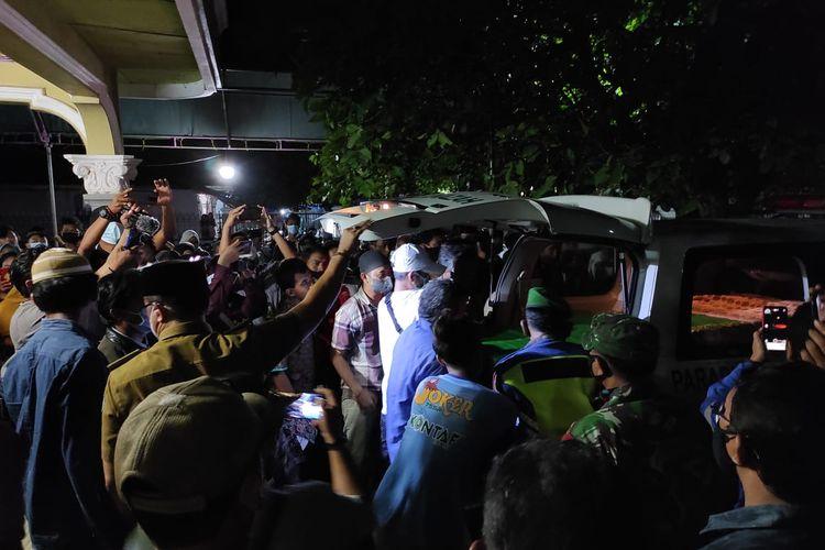 Jenazah almurhum AF saat tiba di rumah duka, Selasa (20/4/2021) pukul 18.15 WIB. Almarhum AF meninggal pada 11.45 WIB di RSPP (Rumah Sakit Pusat Pertamina) Jakarta. AF merupakan salah satu korban ledakan tangki minyak RU VI Balongan saat meledak dan mengalami luka bakar lalu dirawat.