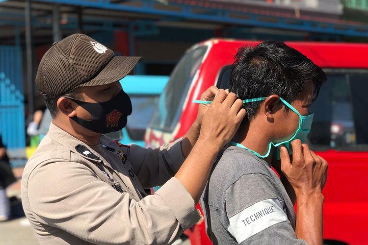 Tim gabungan memakaikan masker kepada pengendara di seputaran Pasar Sentral Bantaeng, Sulawesi Selatan. Selasa (15/9/2020).