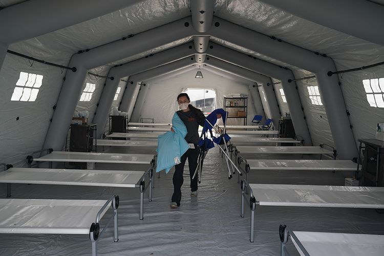 Deretan tempat tidur disiapkan di dalam tenda rumah sakit lapangan darurat yang didirikan sukarelawan dari organisasi bantuan Kristen Internasional Samaritans Purse untuk pasien virus corona di Central Park, New York, Senin (30/3/2020). AS kini resmi menjadi epicenter corona di dunia dengan data hingga Selasa (31/3/2020) terdapat 163.429 kasus positif dan korban meninggal 3.148 orang, melebihi Italia, China, dan Spanyol.