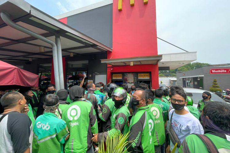 Ratusan pengemudi ojek online berkerumun di gerai McDonald's di Jalan Sisingamangaraja, Kota Medan, Sumatera Utara, Rabu (9/6/2021).